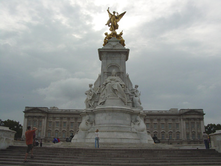 12victoria_monument_in_from_of_buckingha